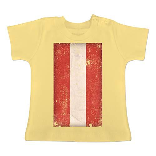 Städte & Länder Baby - Österreich Flagge Vintage - 6-12 Monate - Hellgelb - BZ02 - Baby T-Shirt Kurzarm