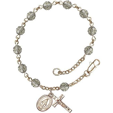 14Ct oro con pulsera del rosario cuenta con 6 mm color negro granos de Swarovski. El crucifijo mide 5/8 x 1/4.
