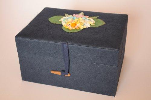 Kronos - Urne biodégradable en papier bleu outremer avec décoration florale et couvercle - Dim : Cm. 22 x 17 x 11; vol. lt 3,60