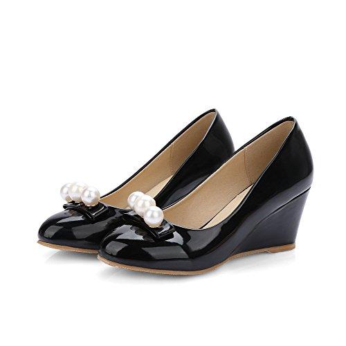 AllhqFashion Damen Mittler Absatz Eingelegt Ziehen Auf Lackleder Rund Zehe Pumps Schuhe Schwarz