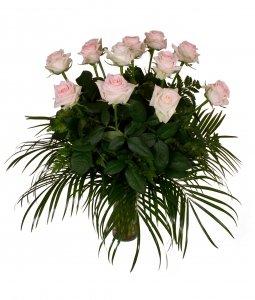 ramo-de-flores-naturales-muy-frescas-compuesto-por-12-rosas-de-color-rosa-claro-y-verdes-variados-50