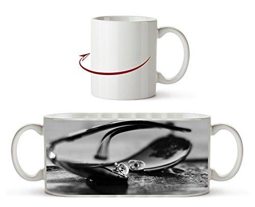 edle Sonnenbrille Effekt: Schwarz/Weiß als Motivetasse 300ml, aus Keramik weiß, wunderbar als Geschenkidee oder ihre neue Lieblingstasse.