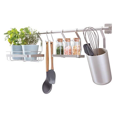 iDesign Küchenstange (63,8x14,5x23,8 cm), Küchenreling mit Utensilienhalter, 2 Haken, Halter für Küchenkräuter & Gewürzregal, Hakenleiste für die Küche aus Metall, mattsilberfarben