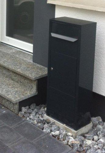 Ein kleinerer Paketbriefkasten vor einem Haus