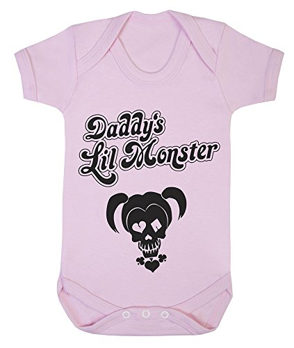 """Baby-Body mit englischsprachigem Aufdruck """"Daddy's Lil Monster"""" (Deutsch: Papas kleines Monster), Motiv: Harley Quinn (DC Comics-Figur, bekannt als Joker-Freundin aus der Batman-Reihe) rosa rose 3-6 Monate"""