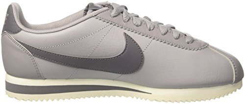 Nike Wmns Classic Cortez Leather, Scarpe da Ginnastica Donna Grigio (Atmosphere Grey/Gunsmoke/Sail 017)