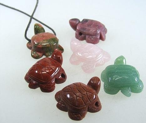 Schildkröte Anhänger Rhodonit ca. 28 x 35 mm mit 2,5 mm Bohrung Gruppe A + ca. 1m Lederband