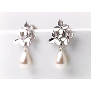 Elegante Perlen-Ohrringe / romantischer zierlicher Perlen-Schmuck / Brautschmuck: Matt-versilberte, zarte Blüten-Ohrstecker mit echter Süßwasser Tropfen-Perle