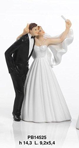 Figura de resina que representa una pareja de recién casados haciéndose un selfie. Figura perfecta para tartas de bodas. Altura: 14,3 cm.Dimensiones: 14,3 x 9,5 x 5,4 cm.