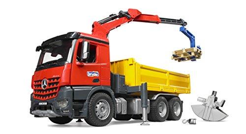 Bruder 03651 MB Arocs Baustellen-LKW mit Kran, Schaufelgreifer, Palettengabeln und 2 Paletten