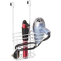 mDesign Soporte para secador de pelo sin taladro – Organizador de baño de metal, ideal para el secador de pelo, la plancha, etc. – Colgador para puerta con 2 cestas y ganchos para cables – blanco
