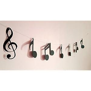 Garland und ihre Musiknoten auf einem Silberdraht
