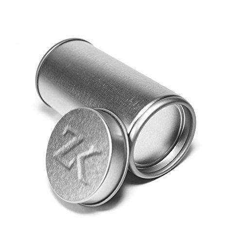 ZedriK - 6 silberne / graue Gewürzdosen - Vorratsdosen -Teedosen - mit Innendeckel ohne Löcher für optimalen Schutz und mit edler Prägung im Außen-Deckel - Lebensmittelecht Schutzlackiert - Inhalt 100 ml - mit 6 weißen Etiketten / Aufkleber zum Beschriften jeder Dose - Magnetisch - Handgeprägt