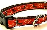 KonsumSchwestern Hundehalsband braun mit - DACKEL AUF ROT - Breite: 2,5 cm - Länge verstellbar von ca. 33 cm bis ca. 57 cm - Größe: L - mit Steckschließe und D-Ring - Hunde-Halsband