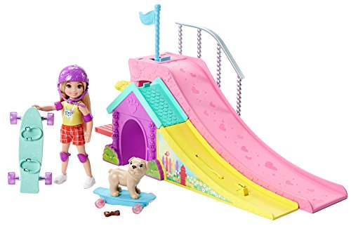Barbie FBM99 Chelsea Puppe und Skateboard-Rampe (Us Flagge Kleid)