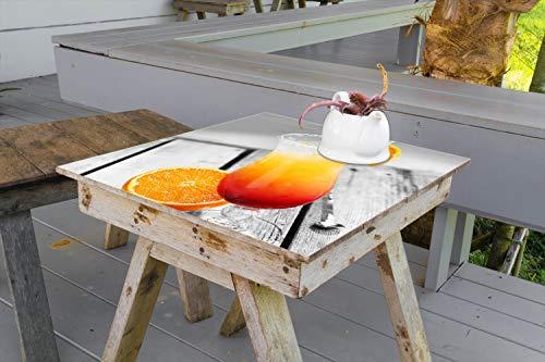 Wallario Aufkleber Selbstklebende Garten-Tisch-Decke - Bunter Cocktail am Pool mit Hintergrund in schwarz weiß in 50 x 50 cm