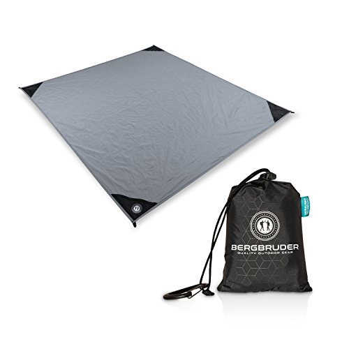 BERGBRUDER Nylon Picknickdecke - Pocket Blanket Wasserdicht, Ultraleicht & kompakt - Ground Sheet, Campingdecke, Stranddecke mit Tasche und Karabiner (Stone Grey, 150cm x 140cm)