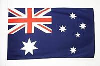 Ce drapeau de l'Australie est réalisé en polyester léger et comporte deux œillets métalliques. Les bords sont renforcés et les coutures doublées pour une meilleure résistance. Le drapeau australien proposé ici mesure 150x90cm.