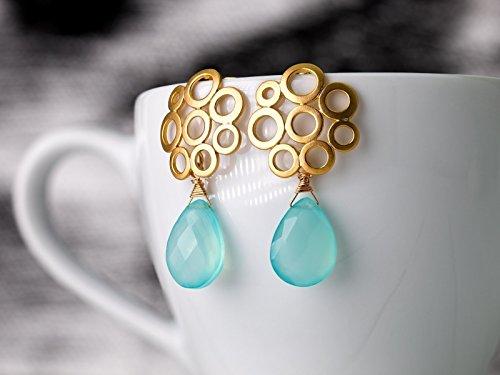 Ohrringe in Gold mit Aqua-Chalcedon: Moderne matt-vergoldete Bubble-Ohrstecker mit aqua-blauen Chalcedon Tropfen, das perfekte Geschenk
