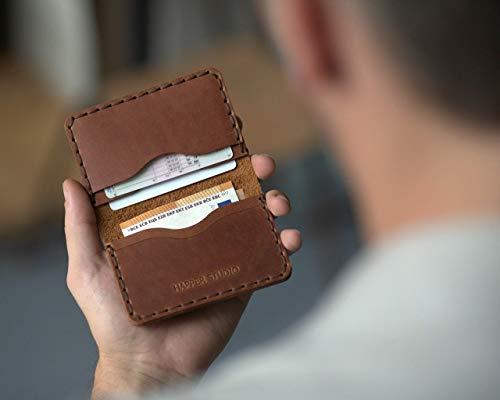 Lo suficientemente pequeña para adaptarse a lo esencial, sin aumentar el volumen de su bolsillo, esta cartera es ¡un inprescinble!. Estamos orgullosos de presentarle nuestra sencilla cartera de piel de bovino hecha y cosida a mano.       Esta bols...
