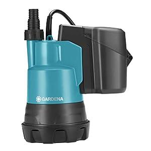 GARDENA Set Klarwasser-Tauchpumpe 2000/2 Li-18: Flachsaugende Akku-Tauchpumpe, integrierter Filter, Fördermenge 2000 l/h, Lithium-Ionen Akku (1748-61)