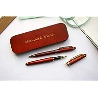 Coffret 2 stylos personnalisés en bois foncé, rouge, avec triple gravure. Coffret cadeau idéal anniversaire, retraite, mariage. Personnalisation avec gravure de votre texte. Texte doré.