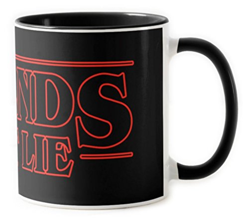 1586-Taza ceramica, Stranger things - Friends Dont lie, Negro