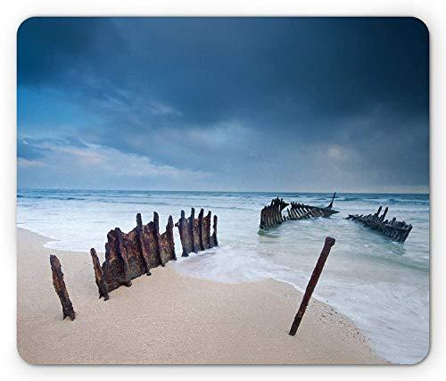 Schiffbruch-Mausunterlage, rostiges ruiniertes Wrack auf dem sandigen Strand gewellt unter Sturm-Regen-Wolken-tropischer Landschaft, rutschfeste GummiMousepad des Rechteck-Standardgrößen-, blaue Creme -