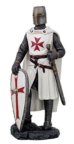 Kreuzritter in weißer Rüstung stützt sich auf Schild