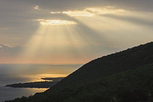 The Poster Corp Alvis Upitis/Design Pics - Hand of Gold Lighting Over Pali (Cliff) on Kealakekua Bay; Kona Island of Hawaii Hawaii United States of America Photo Print (48,26 x 30,48 cm) -