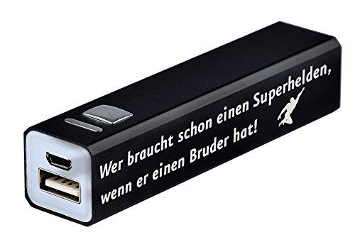 """Power Bank 2200 mAh inkl. Gravur """"Wer braucht schon einen Superhelden, wenn er einen Bruder hat!"""" in 3 verschiedenen Farben erhältlich – Geschenk – externer Akku inkl. USB-Ladekabel aus Metall (Schwarz)"""