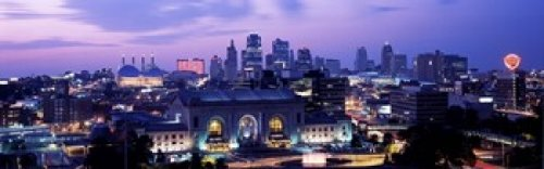 The Poster Corp Panoramic Images - Union Station at sunset with city skyline in background Kansas City Missouri USA Photo Print (45,72 x 15,24 cm) -