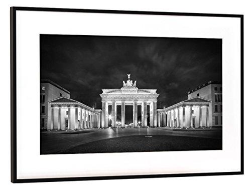 artboxONE Poster mit Rahmen Schwarz (Metallic) 45x30 cm Berlin Brandenburger Tor | Monochrom von Melanie Viola