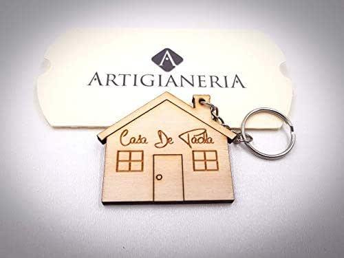 ArtigianeriA - Portachiavi in legno a forma di casa, personalizzato con testo a scelta. Incisione realizzata a laser in Italia. Idea regalo per ogni occasione.