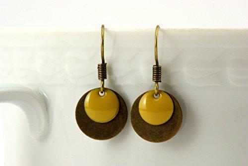 feine Messing Ohrringe mit schlichtem runden Emaille Anhänger in gelb