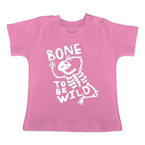 Anlässe Baby - Bone to me Wild Halloween Kostüm - 3-6 Monate - Pink - BZ02 - Baby T-Shirt Kurzarm