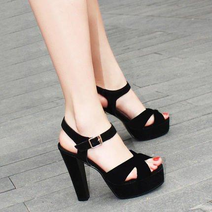 - bocca di pesce scarpe mostra grande metri con grosse scarpe impermeabili e scarpe con tacchi sandali. 8cm nero