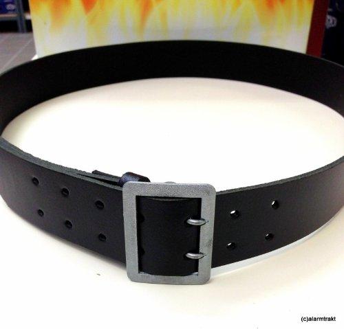 Gürtel / Leibriemen, schwarz, aus 45 mm breitem schwarzen Kernblankleder mit eingenähter silbergekörnter Zweidornschnalle.