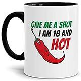 Tasse Give me a Shot I am 18 and Hot Geburtstags-Geschenk Zum 18. Geburtstag/Lustig / Witzig/Heiß / Knackig/Kaffeetasse / Mug/Cup / Innen & Henkel Schwarz