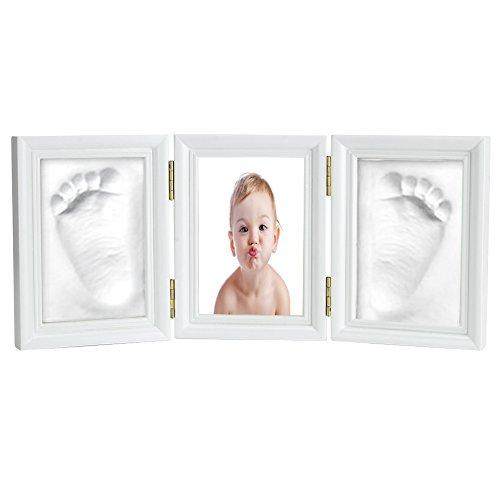 Huella de manos o pies en 3D en marco blanco y foto central.
