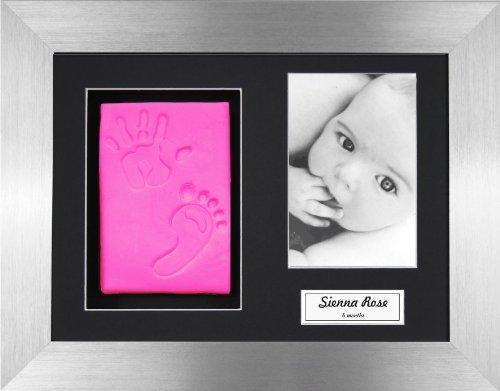 Anika-Baby BabyRice - Kit argilla per impronte mani/ piedi del bambino, colore rosa, con cornice foto in peltro 3D - Stampa Baby Names