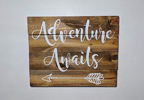 qidushop Adventure Awaits Hängeschild, bemalt, rustikales Schild, rustikales Palettenschild, aus recyceltem Holz, Antik-Optik, Wanddekoration, Holzschild -