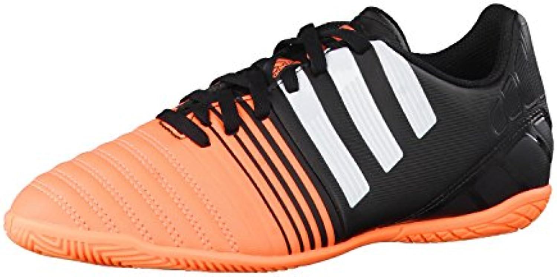 les garçons nitrocharge dans de la chaussure de dans football junior. a16214