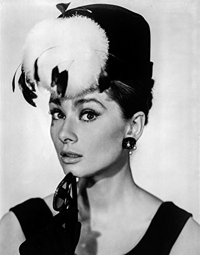 The Poster Corp Audrey Hepburn Breakfast at Tiffany's Feather Hat Photo Print (60,96 x 76,20 cm)