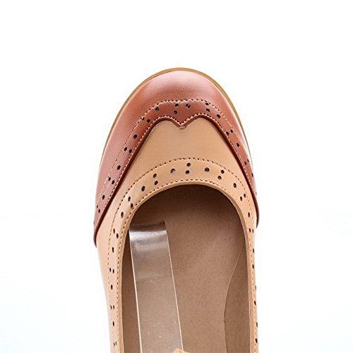 AllhqFashion Damen Weiches Material Gemischte Farbe Schnalle Rund Zehe Pumps Schuhe Braun
