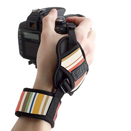 USA GEAR Dualgrip: ¡el placer de sostener tu cámara con la mano sin esfuerzo! Conecta la placa del Dualgrip debajo de tu cámara. Inserta el tornillo del Dualgrip dentro de la montura de trípode y aprieta hacia la derecha. Correa ajustable gracias al ...
