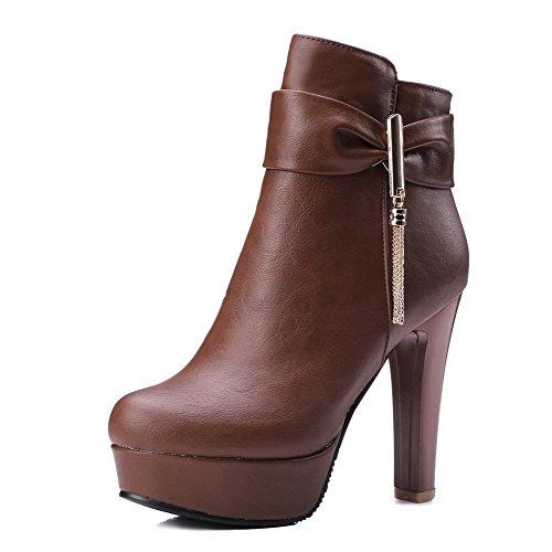 AllhqFashion Damen Hoher Absatz Weiches Material Reißverschluss Niedrig Spitze Stiefel Braun
