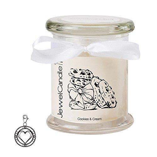 """JuwelKerze \""""Cookies & Cream - Kerze im Glas mit Schmuck - Grosse beige Duftkerze mit Überraschung als Geschenk für Sie (Silber Charm, Brenndauer: 60 Stunden)"""
