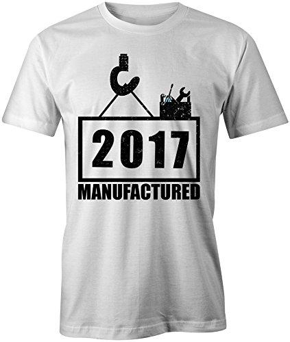 Manufactured 2017 - Rundhals-T-Shirt Männer-Herren - hochwertig bedruckt mit lustigem Spruch - Die perfekte Geschenk-Idee (02) weiss