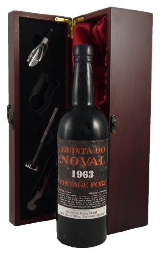 1963 Quinta do Noval Vintage Port in Weinschatulle ,Satin ausgekleidet ,mit vier Wein Accessoires...